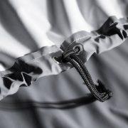 Durch den Kordelzug im Saum, der Standardmäßig bei allen Abdeckungen eingenäht ist, kann die Wettertuete zusätzlich fixiert werden